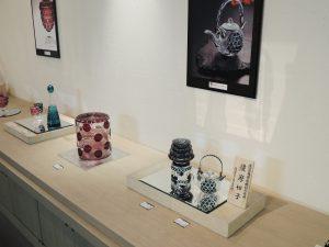 薩摩切子を代表する秀逸品「ちろり」(中央右)と三段重盃・盃代(中央左)。